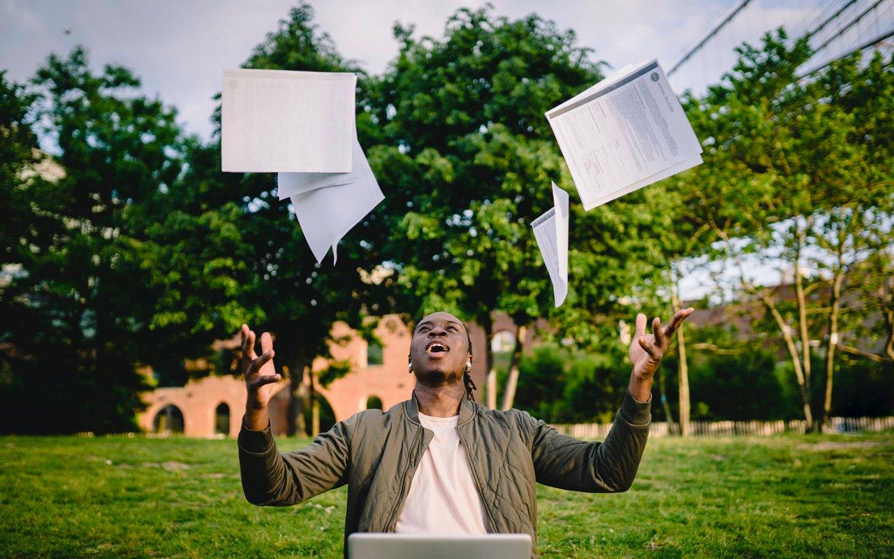lector lanzando un libro al aire